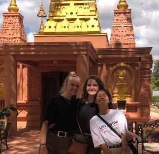 Elvira and the girls Thai Temple (2)